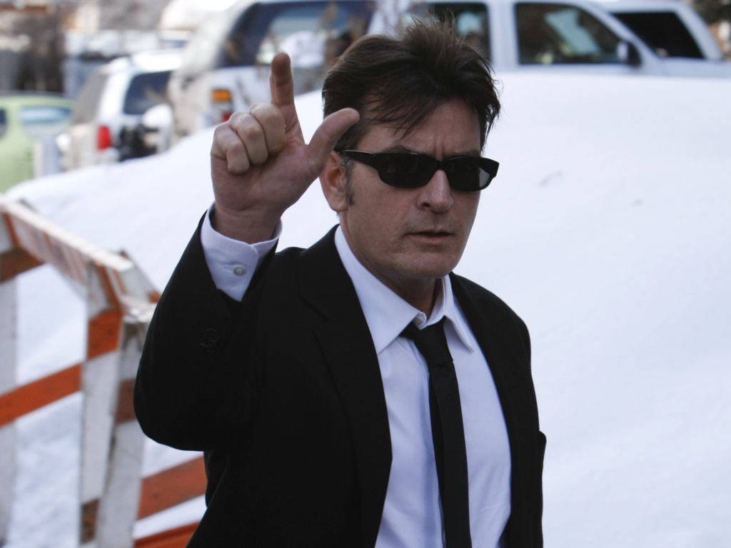 Charlie Sheen chega  corte de Aspen, no Colorado, para prestar depoimento sobre sua agresso contra a mulher, Brooke Mueller, em dezembro de 2009 (8/2/10)