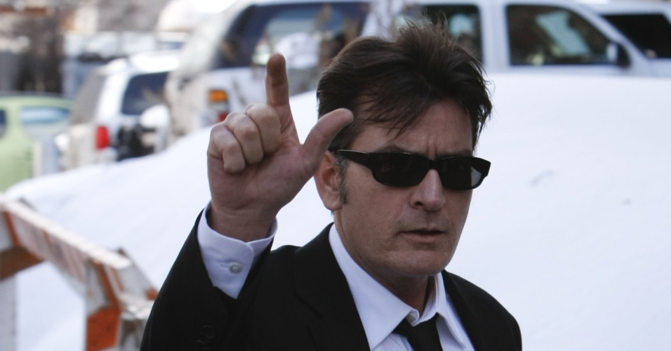 Charlie Sheen chega à corte de Aspen, no Colorado, para prestar depoimento sobre sua agressão contra a mulher, Brooke Mueller, em dezembro de 2009 (8/2/10)