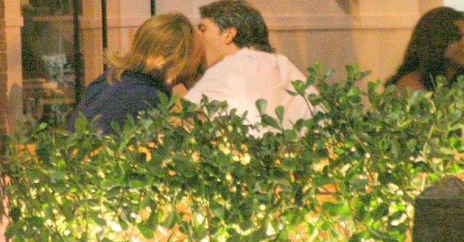 Cláudia Jimenez e Rodrigo Bonadio em clima de romance em restaurante no Rio (22/2/10)