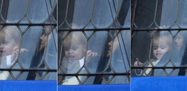 Em Veneza com toda a família, Angelina Jolie mostra a vista da janela para o caçula Knox Léon, irmão gêmeo de Vivienne Marcheline, com 19 meses (23/2/10)
