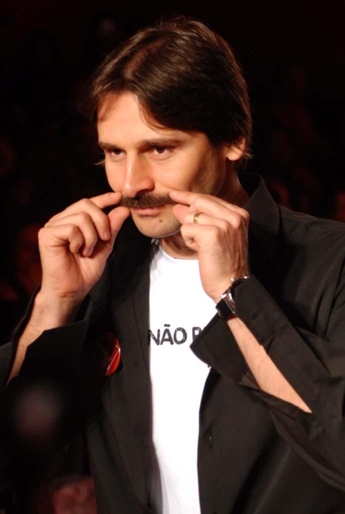 Murilo Rosa faz charme com o bigode durante desfile no Mega Polo Moda, no Brás, em São Paulo (1/3/10)