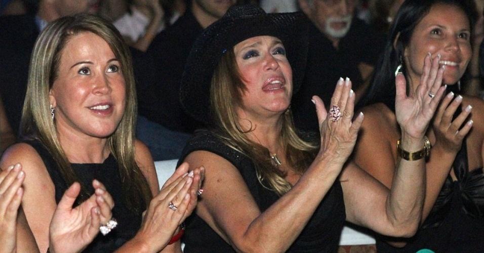 Susana Vieira assiste ao show de Zezé Di Camargo & Luciano da primeira fila, ao lado de Zilu