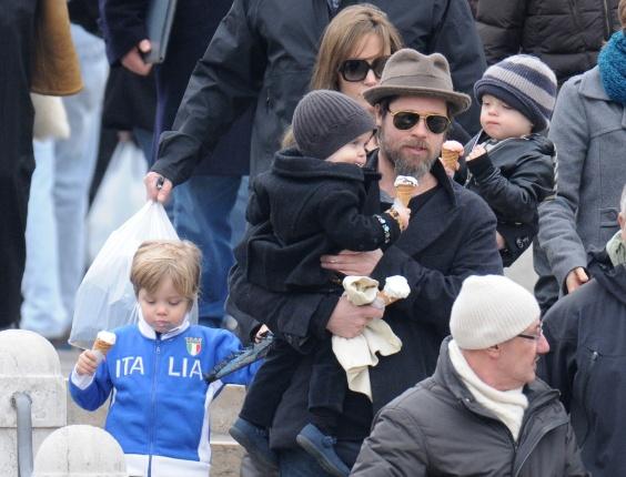 """Angelina Jolie e Brad Pitt levam os filhos Shiloh (esq.), Vivienne (no colo de Pitt) e Knox (no colo de Jolie) para comprar um autêntico sorvete italiano em Veneza, na Itália, onde a atriz está gravando o filme """"The Tourist"""" (3/3/2010)"""