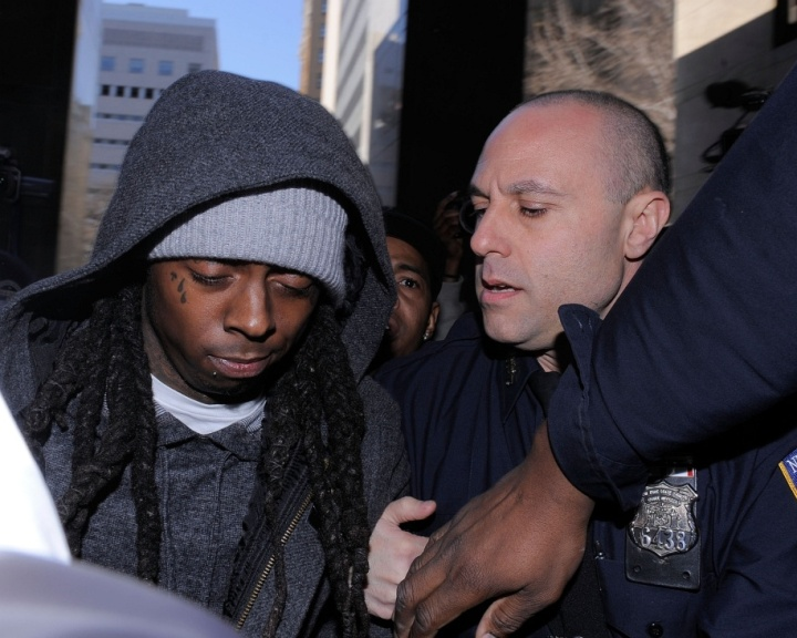 O rapper Lil Wayne (esq.)  cercado por policiais na entrada de tribunal de Nova York (8/3/2010)