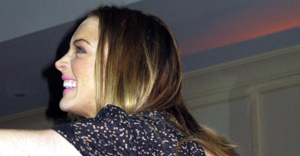 A atriz Lindsay Lohan com um pó branco no nariz, no evento