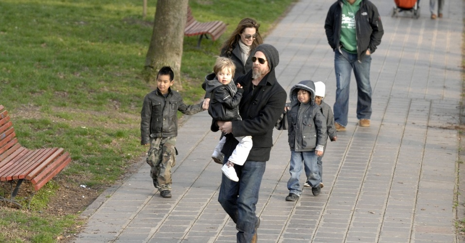 Angelina Jolie e Brad Pitt passeiam com os filhos Maddox, Shiloh, Pax e Zahara (da esq. para a dir.) em parque de Veneza (6/3/2010)