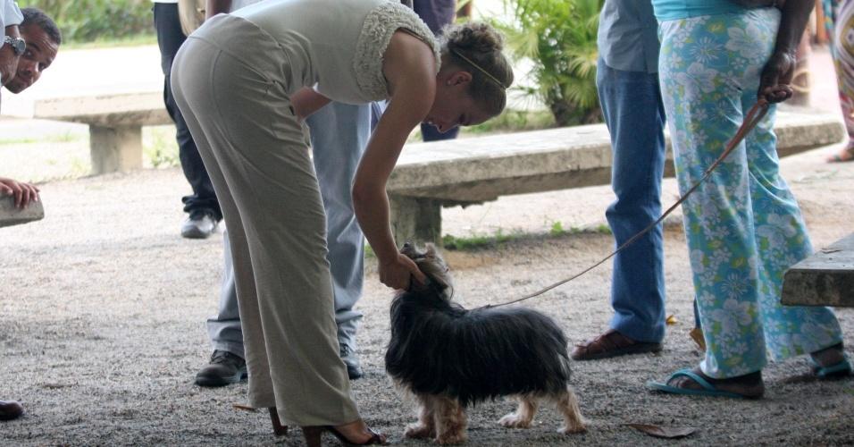 A apresentadora Angélica brinca com cachorro no intervalo das gravações de