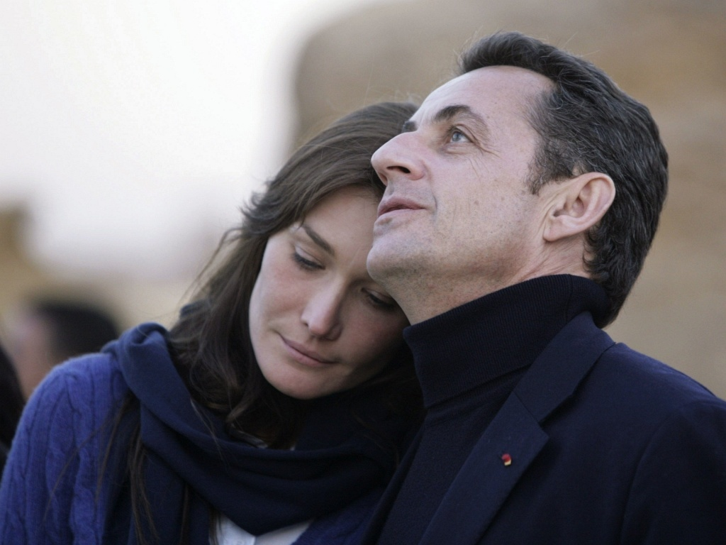 O presidente francs Nicolas Sarkozy e a cantora Carla Bruni durante visita s pirmides de Giza no Cairo, quando ainda namoravam (30/12/2007)