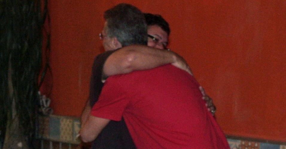 Pedro Bial e Boninho se abraçando em restaurante do Rio de Janeiro (10/3/2010)