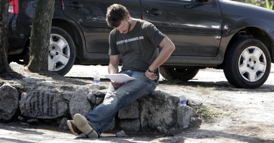 O ator Rodrigo Hilbert estuda o texto no intervalo das gravações de