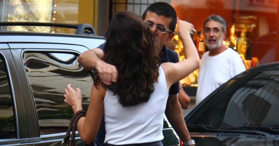 Os atores Isis Valverde e Marcius Melhem se cumprimentam nas ruas do Leblon (11/3/2010)