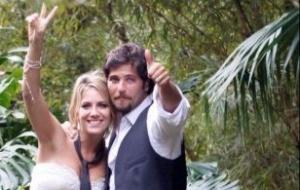 Com a gravata do marido pendurada no pescoço, Giovanna Ewbank despede-se da imprensa, ao lado de Bruno Gagliasso, ao chegar em hotel próximo ao local da festa, em Itaipava (13/3/10)