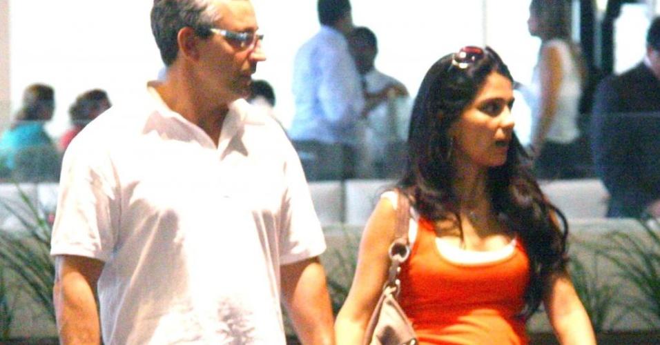 Grávida do segundo filho, Patrícia França passeia com o marido Wagner Pontes