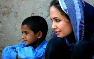 Angelina Jolie constrói escola em campo de refugiados