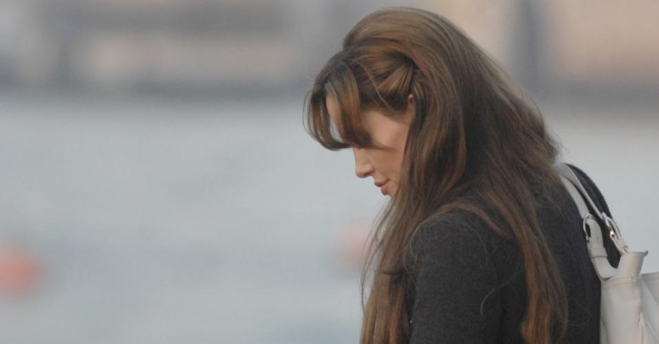 Angelina Jolie grava