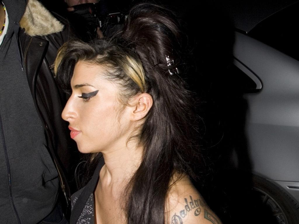 A cantora Amy Winehouse chega ao aniversário da sua afilhada Dionne Bromfield no Shoreditch House, em Londres (1/2/2010)