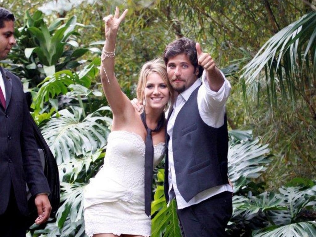 Giovanna Ewbank e Bruno Gagliasso acenam para os fotógrafos depois de se casarem em Petrópolis, região serrana do Rio de Janeiro (13/3/10)