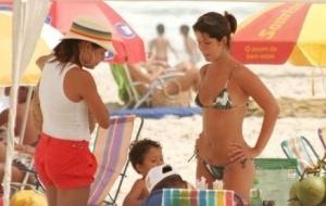 As atrizes Nívea Stelmann e Samara Felippo na praia na Barra da Tijuca, no Rio de Janeiro (25/11/07)