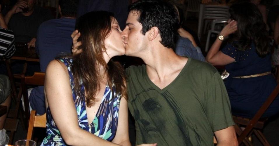 O casal Paula Braun e Mateus Solano usando alianças, durante o aniversário do ator, numa pizzaria no Leblon, no Rio de Janeiro (20/3/10)
