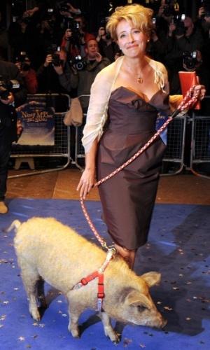 A atriz Emma Thompson chega acompanhada de um porco à première mundial de
