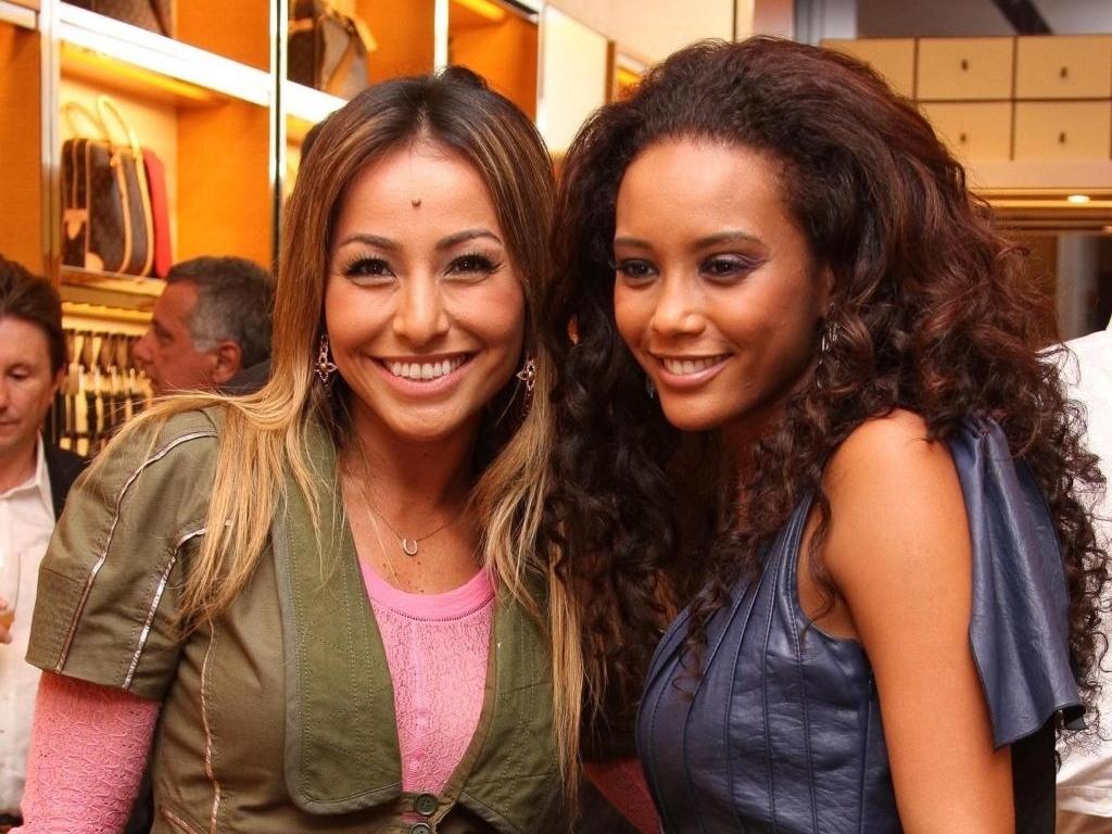 Taís Araújo e Sabrina Sato posam para foto em inauguração de loja no Distrito Federal (27/03/2010)