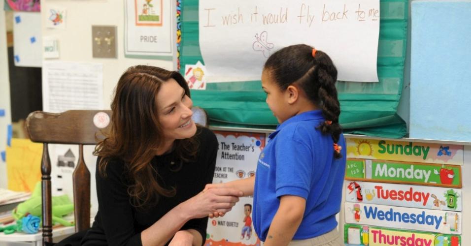 Carla Bruni visita escola em Washington (30/03/2010)