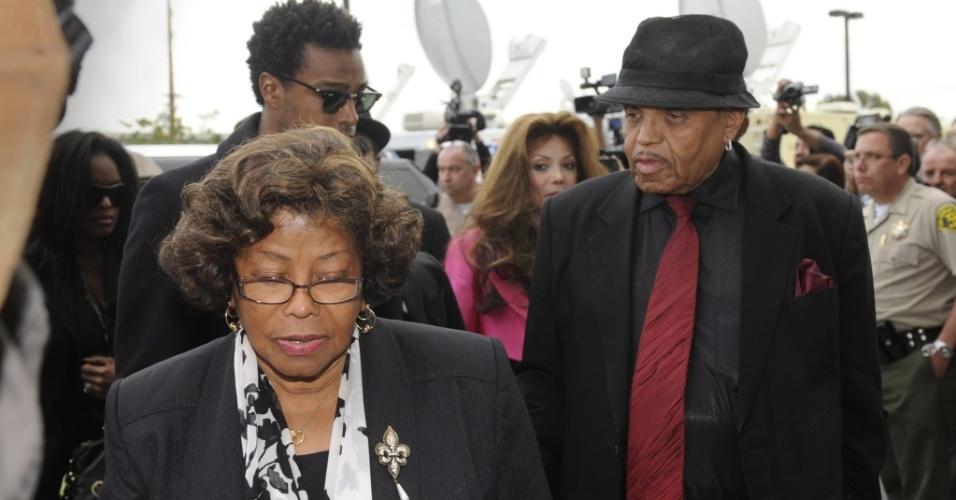 Joe Jackson e a mãe de Michael, Katherine em audiência do médico Conrad Murray em Los Angeles (08/02/2010)