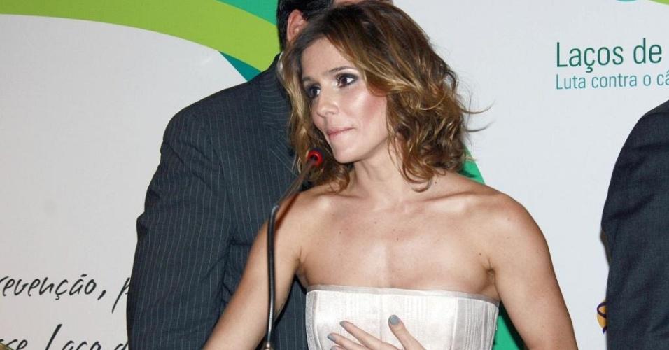 Deborah Secco na campanha Laços de Esperança,e m São Paulo (30/3/10)