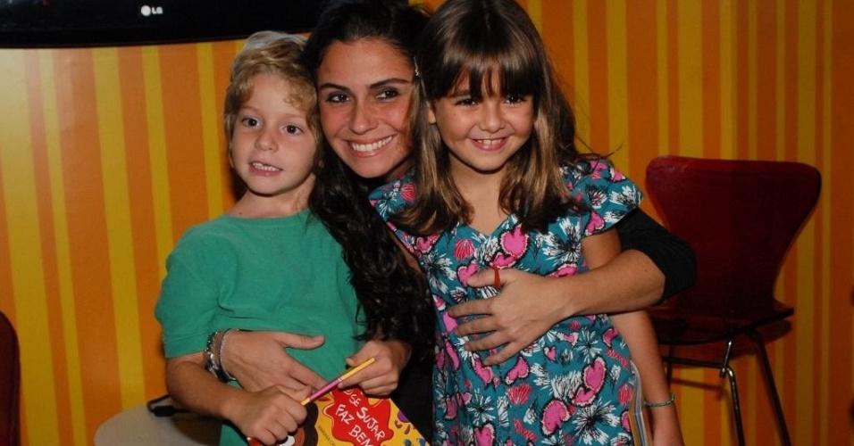 A atriz Giovanna Antonelli junto com seu filho Pietro e a atriz Klara Castanho no sarau infantil do lançamento do livro