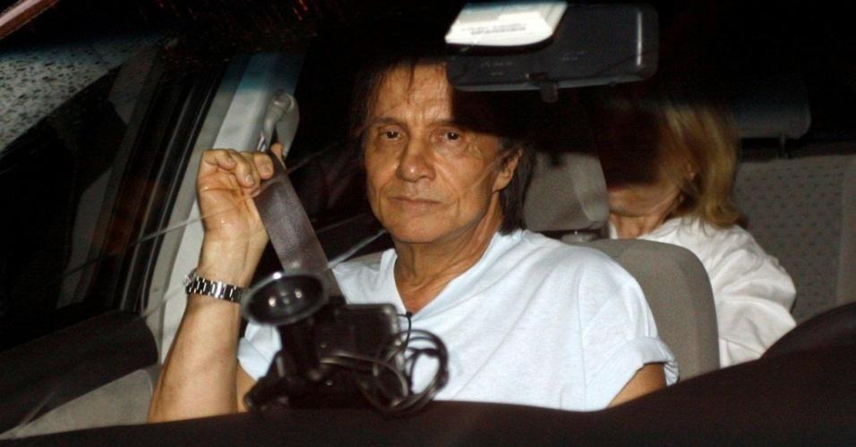 O cantor Roberto Carlos deixa hospital Copa D'Or em Copacabana no Rio de Janeiro, onde visitou a mãe Lady Laura (31/3/2010)