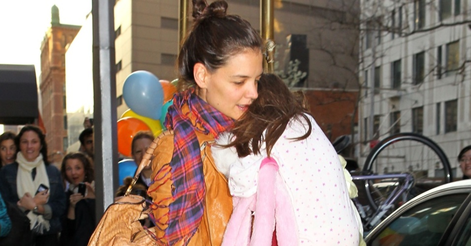Katie Holmes e Suri Cruise passeiam por Nova York (02/04/2010)