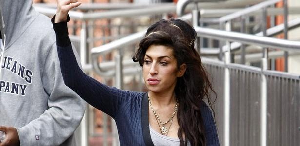 Amy Winehouse acena para fãs em Londres (06/04/2010)