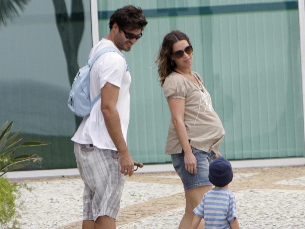 Vanessa Lóes, que está no nono mês de gravidez, com o marido Thiago Lacerda e o filho Gael na Barra da Tijuca, no Rio de Janeiro (7/3/10)