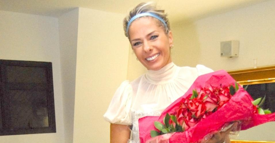 A apresentadora Adriane Galisteu no backstage da peça