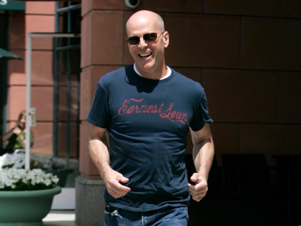 Bruce Willis na saída de consulta médica na Califórnia (15/4/2010)