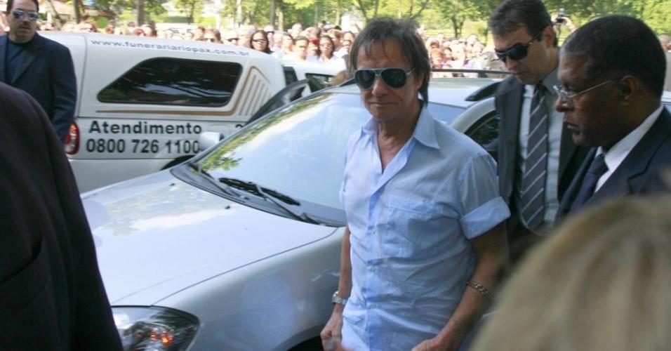 Roberto Carlos chega ao cemitério Jardim da Saudade para o enterro da mãe, no Rio (19/4/10)