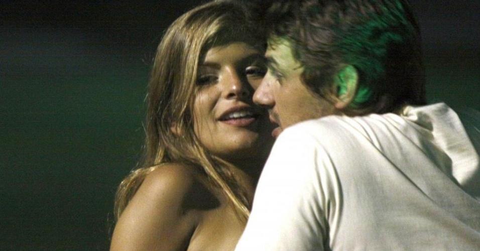 Daniel Erthal e a atriz identificada apenas como Júlia em festa no MAM, no Rio (20/4/10)