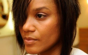 A atriz Aparecida Petrowky cuida do cabelo em salão de beleza em São Paulo (22/4/2010)