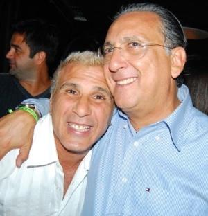 O ator Eri Johnson e Galvão Bueno na cerimônia de entrega do Título de Cidadão Soteropolitano para o apresentador, em Salvador (22/4/2010)