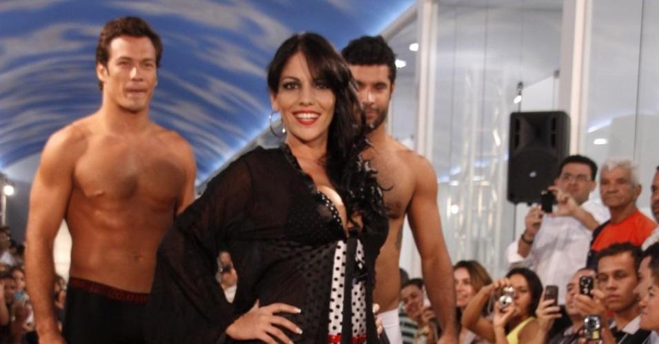 A ex-bbb Anamara desfila em lançamento de shopping de moda íntima em Fortaleza (26/4)
