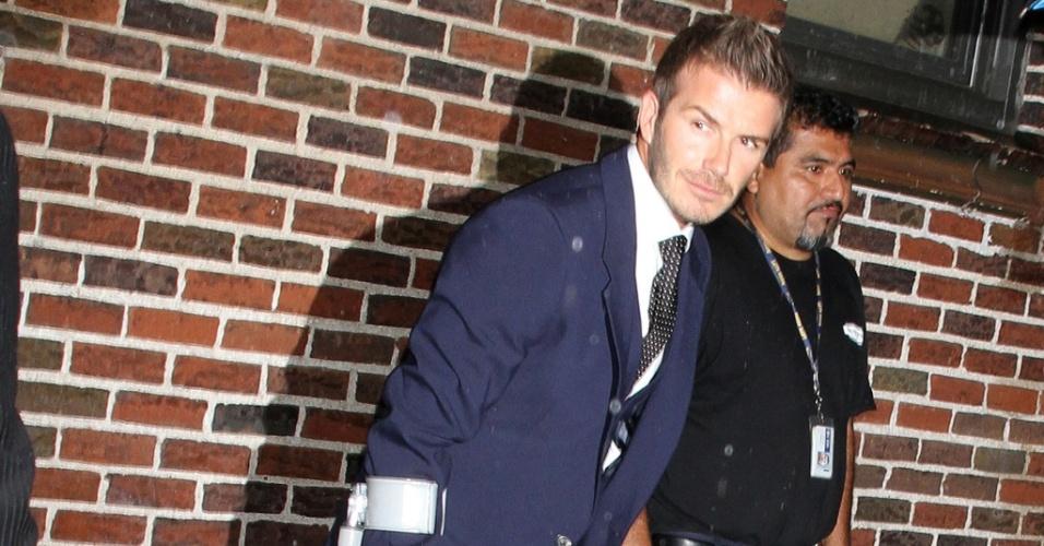David Beckham chega mancando em entrevista com David Letterman em Nova York (26/4)