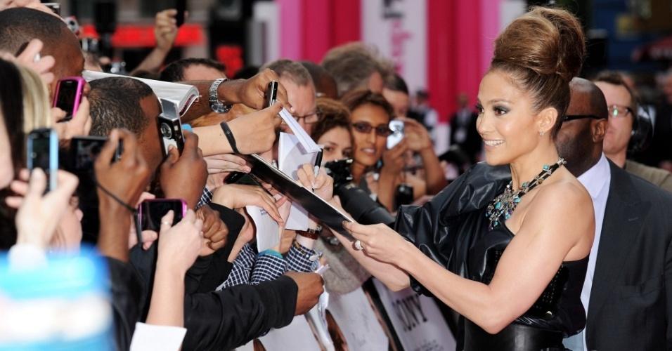 A atriz Jennifer Lopez atende aos fãs na première de