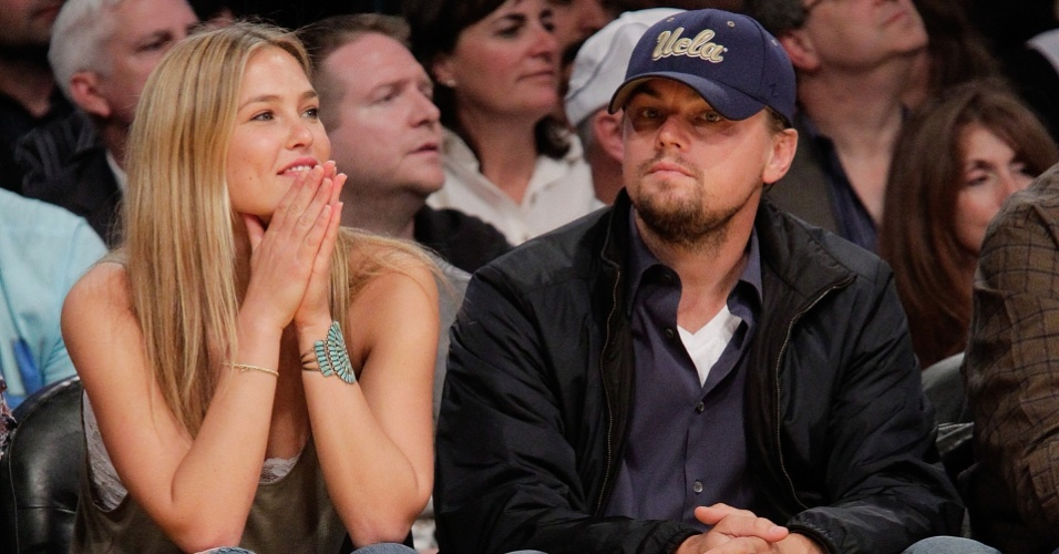 O ator Leonardo DiCaprio e a modelo Bar Refaeli assistem ao jogo de basquete do Oklahoma City Thunder e o Los Angeles Lakers em Los Angeles (27/4/2010)