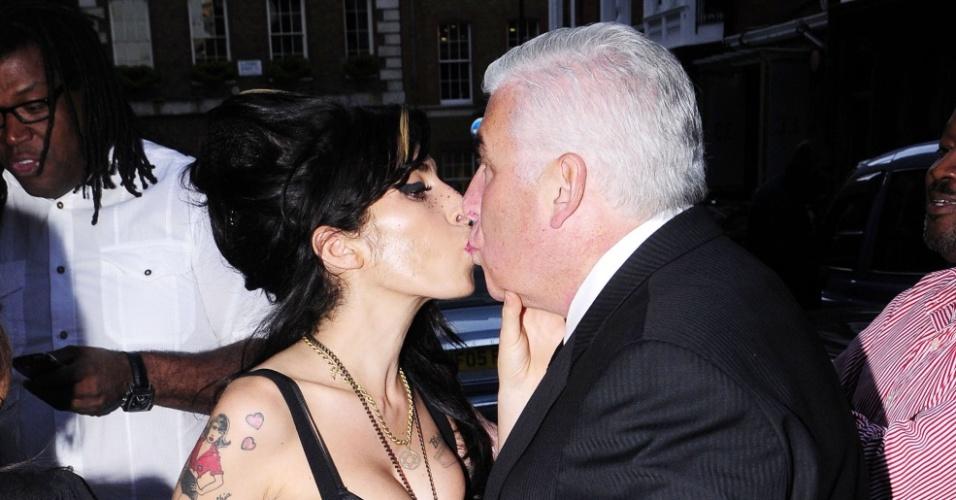 Amy Winehouse dá selinho do pai Mitch na saída de hospital (27/4/2010)