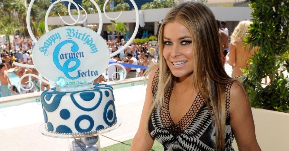 A atriz Carmen Electra com seu bolo de aniversário de 38 anos em piscina de hotel de Las Vegas (2/5/2010)
