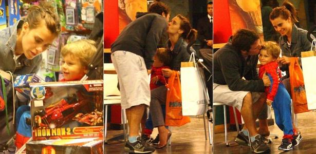 A atriz Carolina Dieckmann faz compras em shopping do Rio de Janeiro com o marido e o filho José (2/5/2010)