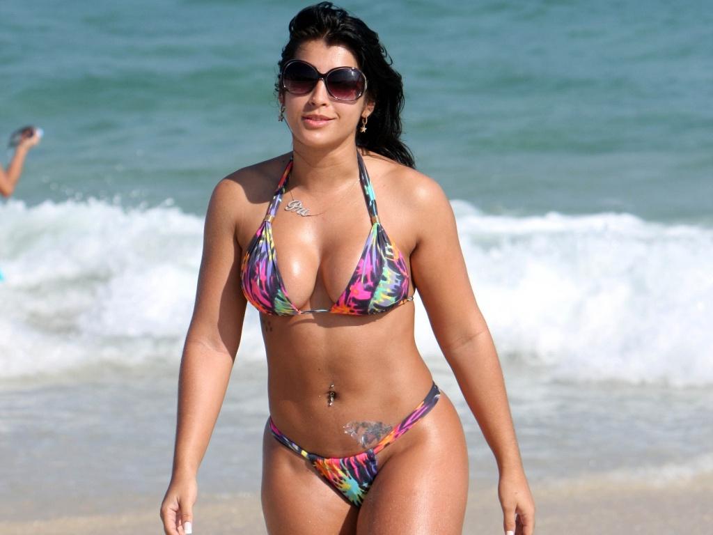 A ex-bbb Priscila Pires na praia da Barra da Tijuca (3/5/2010)