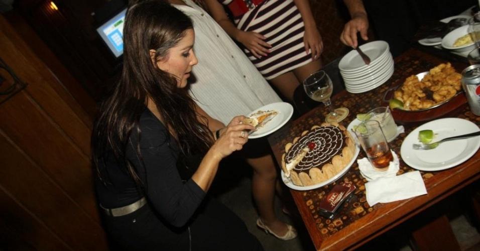A modelo Nana Gouvêa corta seu bolo de aniversário em festa na DOC Garrafaria, na Barra da Tijuca, no Rio de Janeiro (2/5/2010)
