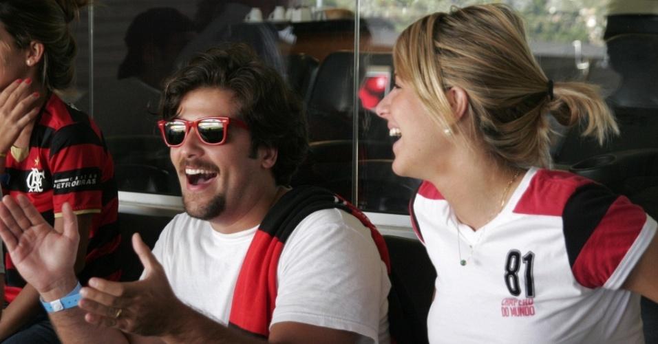 Os atores Bruno Gagliasso e Giovanna Ewbank no jogo do FlamengoxVasco no Maracanã (11/4/2010)