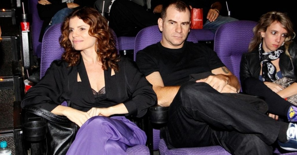 Débora Bloch e o músico Plínio Profeta em pré-estreia no Rio (4/5/10)